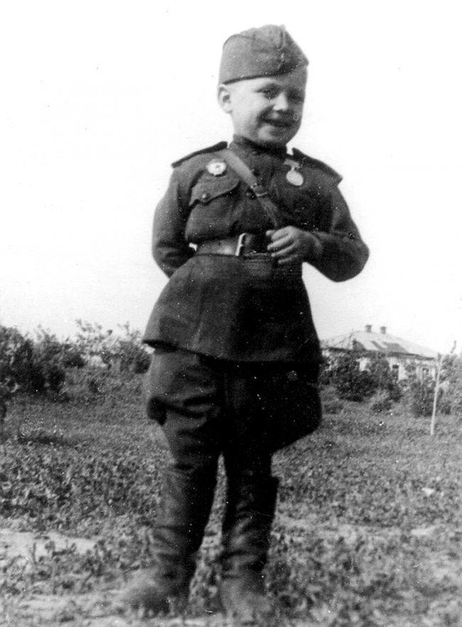 Гвардии рядовой 6-летний Сереженька Алешков, сын полка, 1942