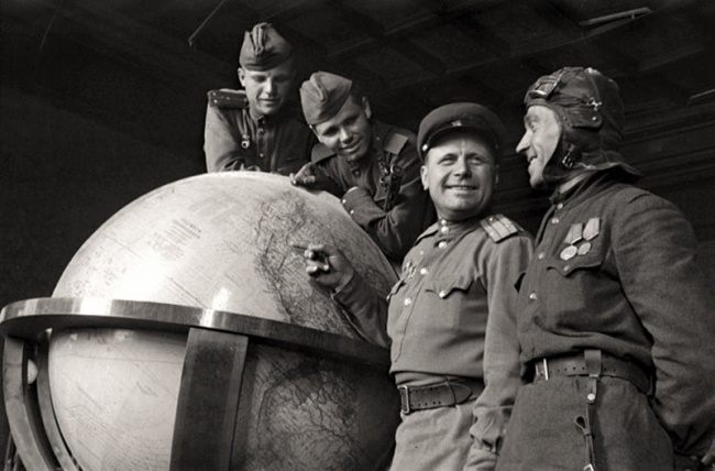 Советские солдаты у глобуса Гитлера, 1945