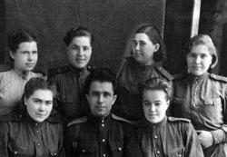 Военнослужащие батальона с командиром роты Натальчуком В. Р. (1944 год)