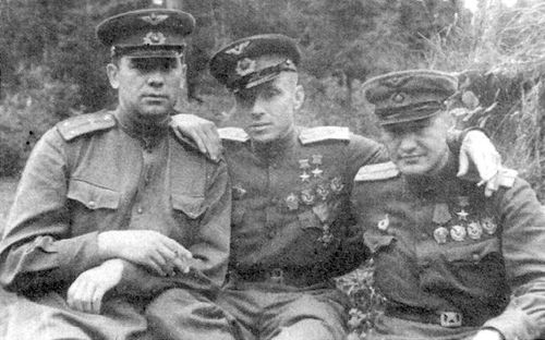 Евстигнеев Кирилл Алексеевич в центре