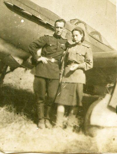 Гугнин с женой возле ЯК-9