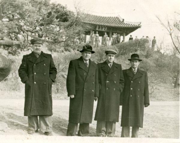 Гугнин в Корее (справа)