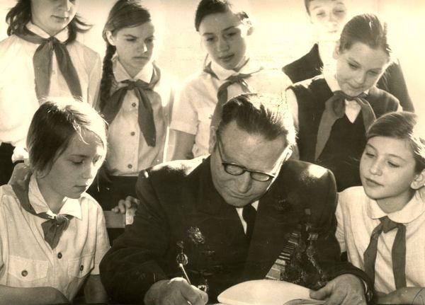 Цыплухин Н.Д на встрече с школьниками. Фото 70-х годов.
