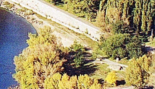 На фото вид на скалу с высоты птичьего полета