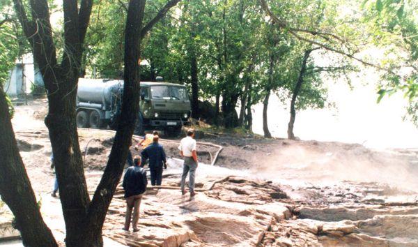 На фото расчистка скалы, 34 день. Работают сотрудники горводоканала