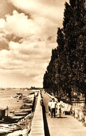 Один из первых послевоенных снимков набережной невдалеке от скалы