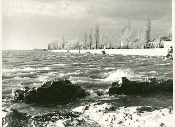 Скала в период наводнения 1954 г. Это наводнение было еще до пуска Кременчугской ГЭС