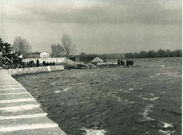 Еще одно фото наводнения 1954 г. Вся скала под водой