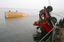 Крюковского моста упали грузовик и маршрутное такси