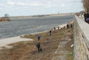 Уборка береговой линии у набережной