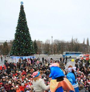 в Кременчуге на площади Независимости зажгли огни на главной елке города