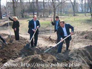 Мэр Кременчуга посадил своё 9-е дерево.