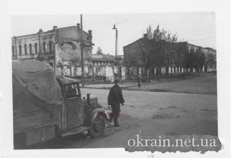 Грузовик в разрушенном Кременчуге - фото 570