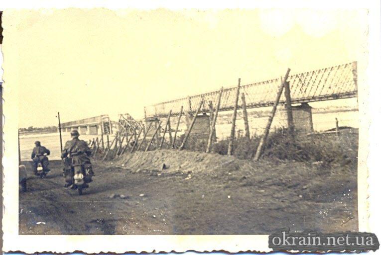 Немецкие мотоциклисты на подьезде к переправе в Кременчуге - фото 78