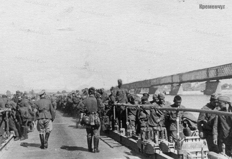 Военнопленные солдаты на переправе в Кременчуге - фото 1593