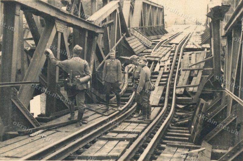 Немецкие солдаты осматривают повреждения Крюковского моста фото №1672