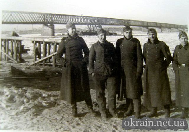 Немецкое фото на фоне моста через Днепр в Кременчуге. - фото 195