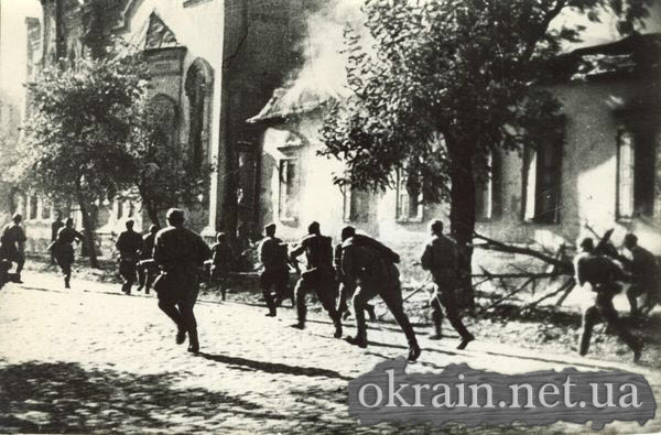 Советские солдаты ведущие бой на улице г.Кременчуга. 1943 год. - фото 242