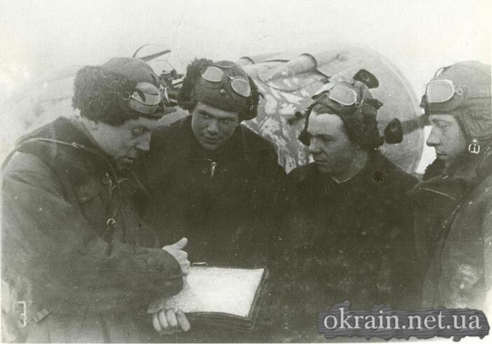 Лётчики - истребители изучают обстановку. 1941 год. - фото 442