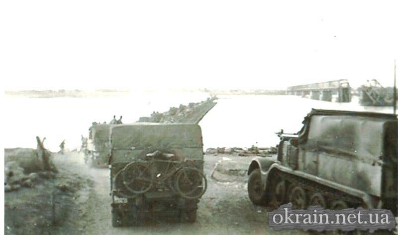 Немецкая техника на переправе возле моста в Кременчуге 1941 год - фото 489