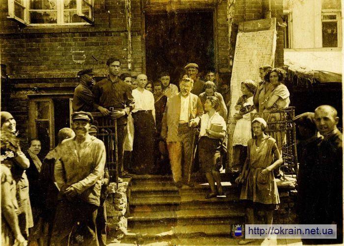 Работники Кременчугской табачно-махорочной фабрики с Г.И. Петровским - фото 557