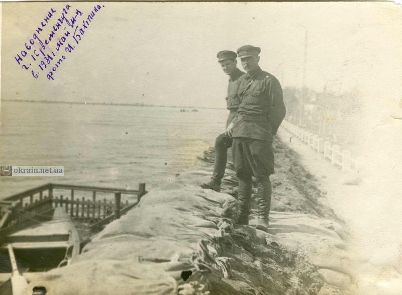 Укрепление дамбы в Кременчуге мешками с песком - фото 743