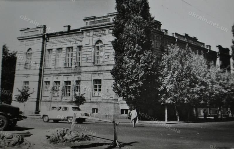 Здание банка на площади Победы