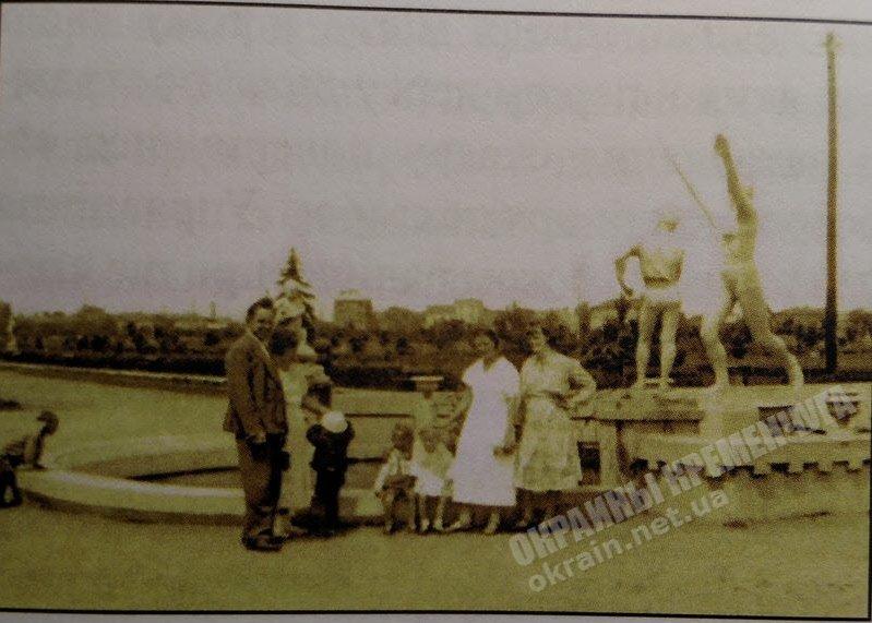 В сквере МЮД возле фонтана в Кременчуге - фото №1765
