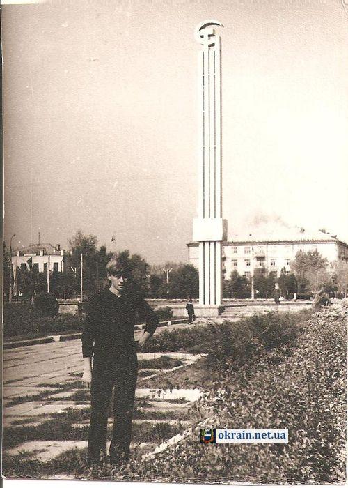 Стелла на площади «Революции» в Кременчуге - фото 807