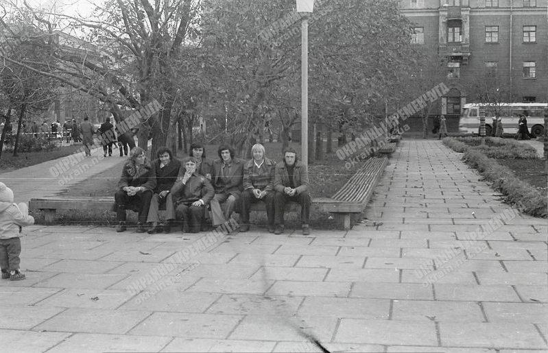 Возле фонтана в сквере Октябрьский Кременчуг 1978 год - фото №1783