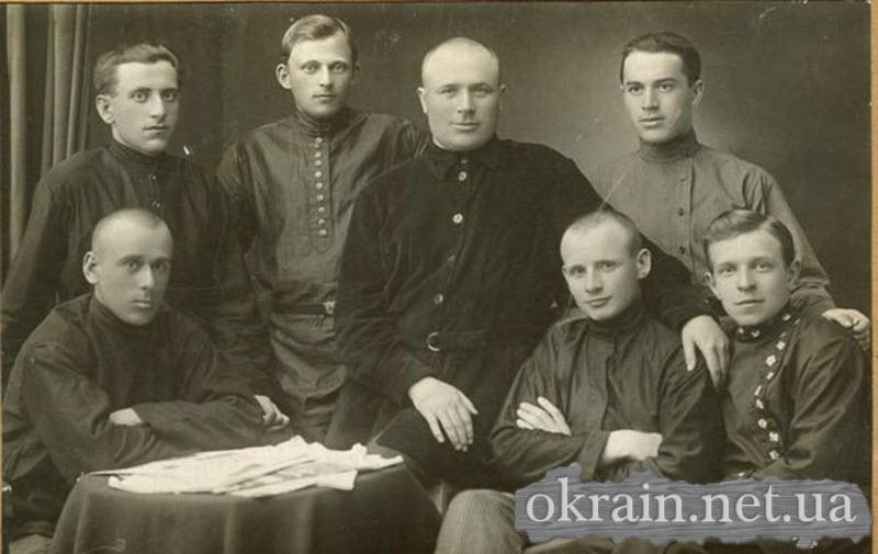 Группа слушателей Кременчугской Советской партийной школы. 28 мая 1927 года - фото 297