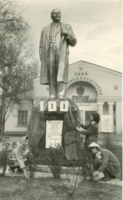 Памятник В.И.Ленину возле Клуба Железнодорожников в Кременчуге. - фото 263