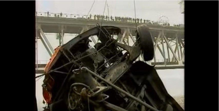 Грузовик упал с Крюковского моста - видео 1580