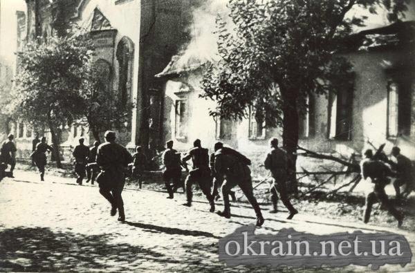 Cолдаты ведущие бой на улице Кременчуга 1943 - фото № 242