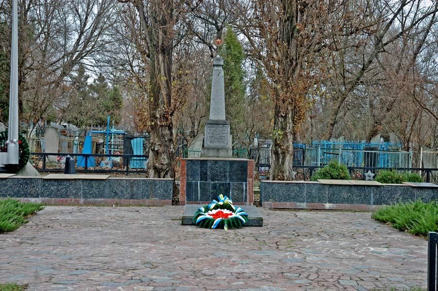Братская могила советских воинов - фото № 191