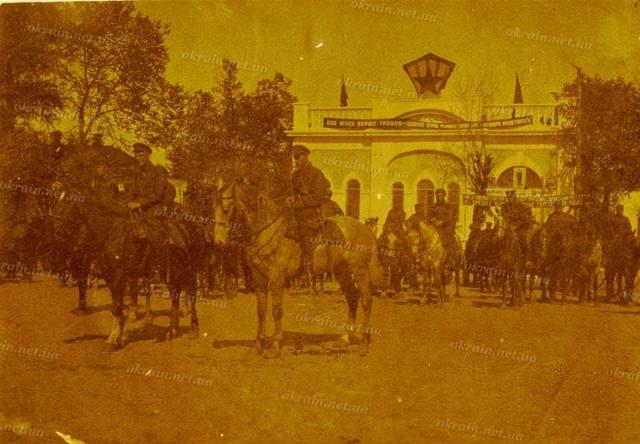 Часть 25 Чапаевской дивизии на параде в Кременчуге 1 мая 1931 год - фото № 248