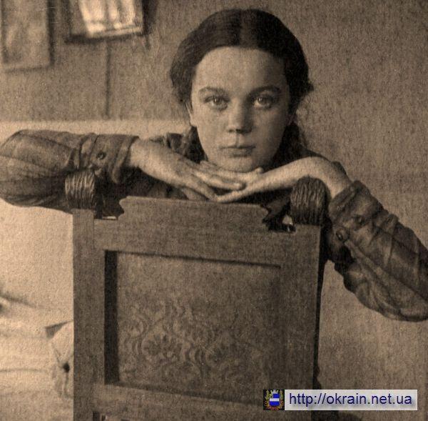Портрет девушки на стуле Кременчуг 1934 год - фото № 382