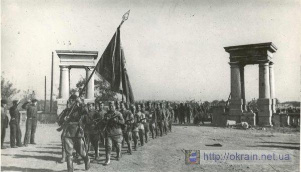 Части Красной Армии проходят улицами Кременчуга 1943 год - фото № 329