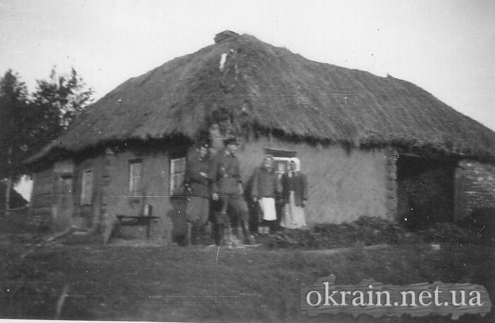 Немецкие солдаты возле украинской хаты - фото № 155