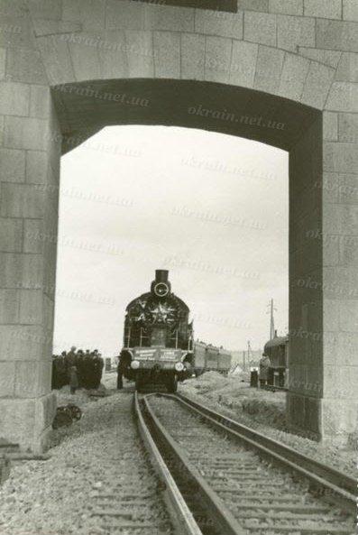 Первый паровоз который проходит обкатку на мосту в Кременчуге - фото № 262