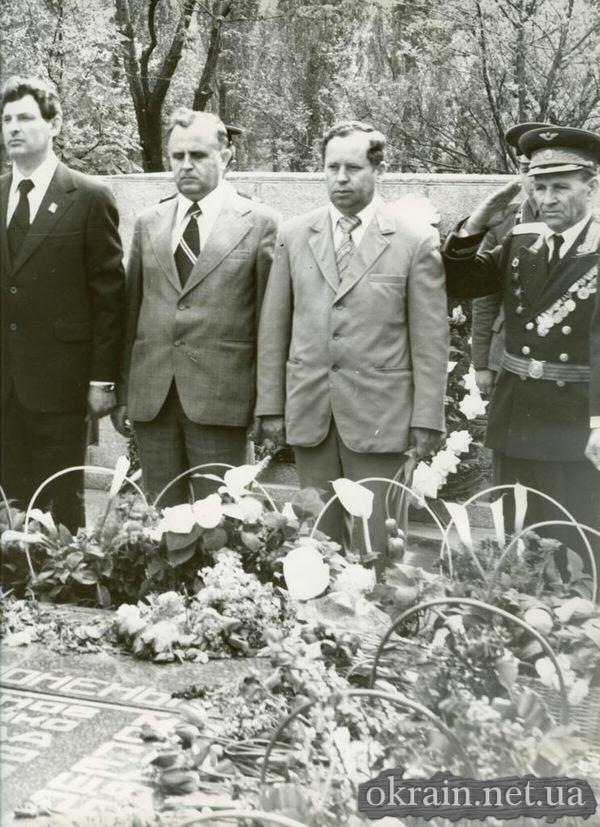 Возложение цветов на Братскую могилу в Кременчуге - фото № 389