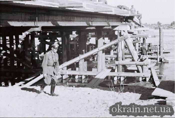 Строительство немцами деревянной переправы в Кременчуге 1941 год - фото № 510