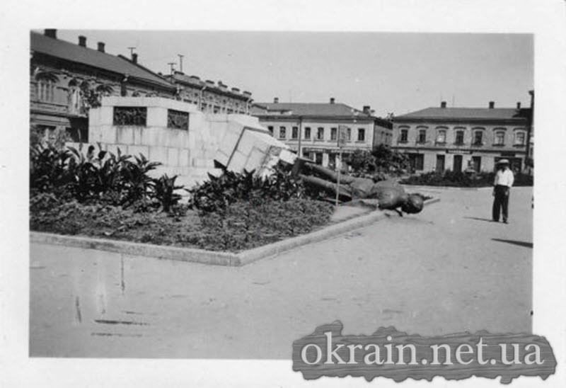 Разрушенный памятник Кирову в Кировограде - фото 573