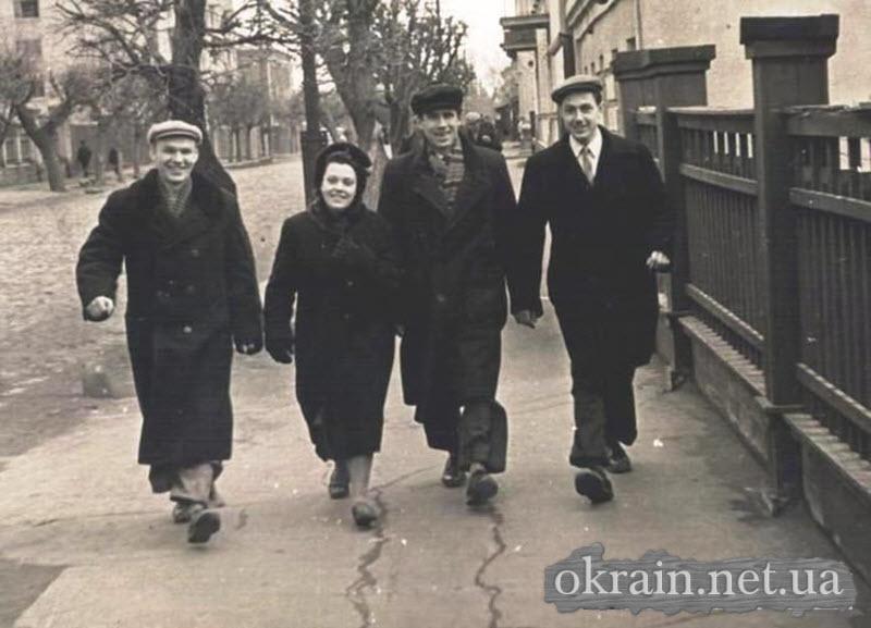 Рабочие завода Дормаш на одной из улиц Кременчуга 1960 год - фото № 444