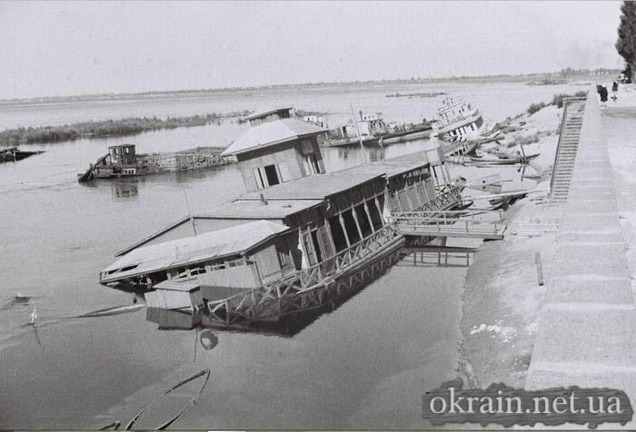 Разрушенная лодочная станция в Кременчуге 1941 год - фото № 509