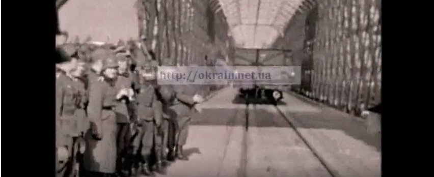 Первый паровоз едет по восстановленому немцами Крюковскому мосту 1941 год - видео 584