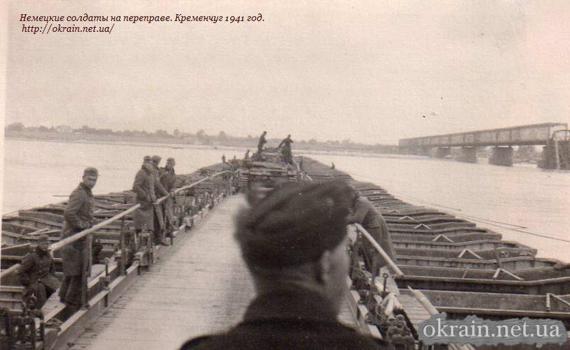 Немецкие солдаты на переправе в Кременчуге 1941 год. - фото 1087