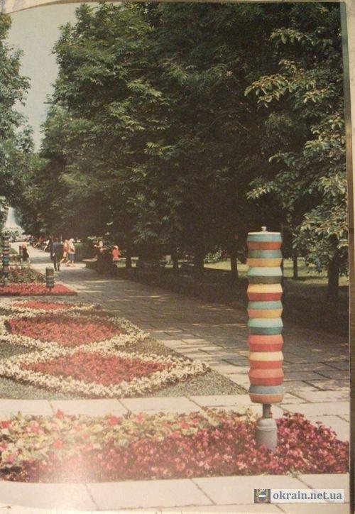 Фотография фонарей в сквере Октябрьский (ныне сквер имени Олега Бабаева) Кременчуг 1985 год