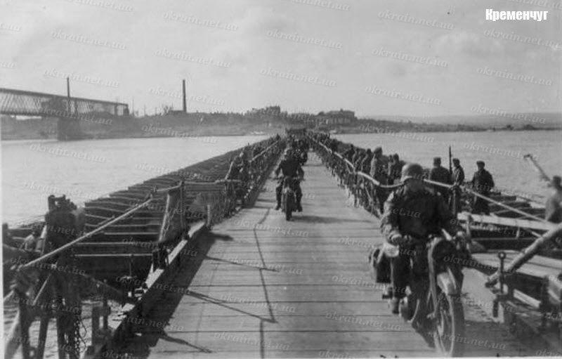 Мотоциклисты вермахта на переправе Кременчуг - фото 1601