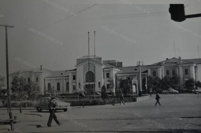 Фотография железнодорожного вокзала в Кременчуге. Фото сделано в 60-е года